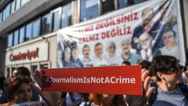 Comienza el juicio en Turquía contra el diario opositor «Cumhuriyet», símbolo de la libertad de prensa