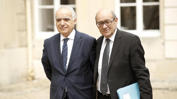 El ministro de Exteriores francés, Jean-Yves Le Drian (d), posa junto al nuevo representante especial del secretario general de la ONU para Libia, Ghassan Salamé