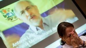 Mitzy Capriles llora por su marido en una comparecencia en Madrid