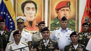 El ministro de Defensa venezolano, Vladimir Padrino, en el centro de la imagen