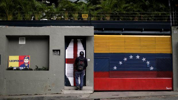 Un hombre a la puerta de la casa del opositor venezolano Leopoldo López