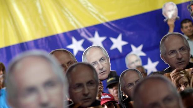 Opositores sujetan caretas de Ledezma durante una conferencia
