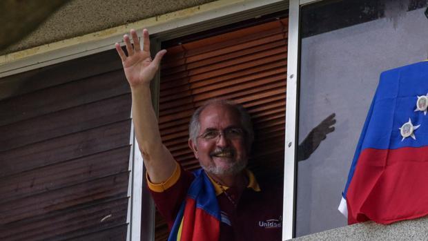 Antonio Ledezma, excarcelado, vuelve a quedar bajo arresto domiciliario
