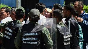 Luisa Ortega Díaz, rodeada de las fuerzas de seguridad venezolanas