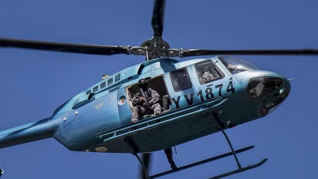 Autoridades venezolanas sobrevuelan en helicóptero durante una manifestación de apoyo este domingo a un grupo de militares que se sublevó contra el Gobierno de Nicolás Maduro, en Valencia (Venezuela)