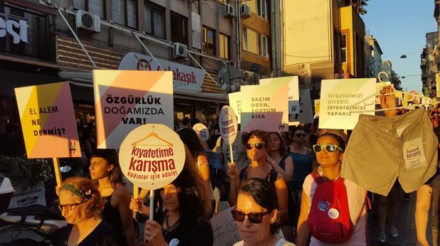 Las mujeres de Turquía protestan para defender su libertad de vestimenta