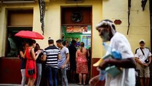 Un grupo de cubanos frente a un restaurante privado en La Habana