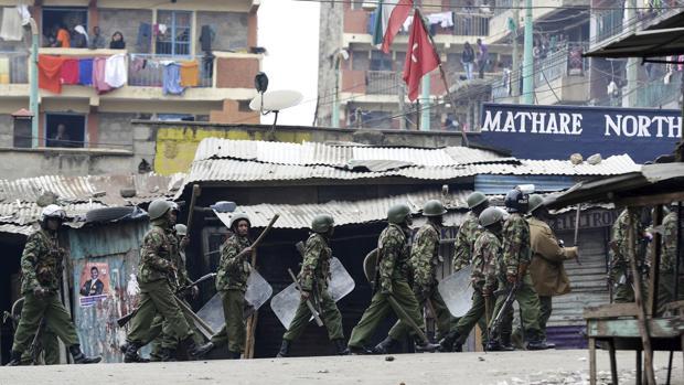 Antidisturbios patrullan las calles de Nairobi durante el segundo día de disturbios