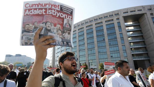 Turquía ordena la detención de otros 35 periodistas