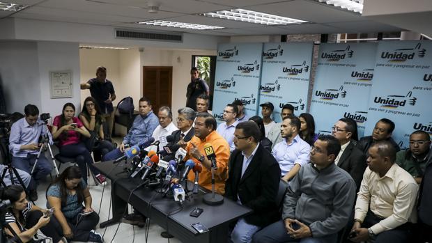 La oposición venezolana inscribe a sus candidatos para las elecciones regionales