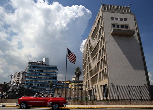 Foto de archivo de un coche clásico pasa delante de la Embajada de EE.UU. en La Habana