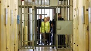 La Canciller alemana, Angela Merkel, durante se visita a la sede de la Stasi en Berlín