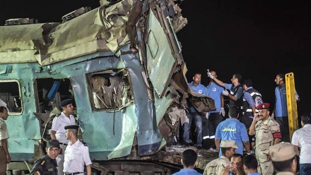 Uno de los socorristas se hace una «selfie» frente al tren accidentado