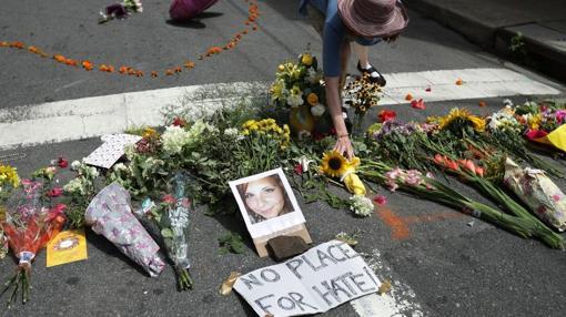 Una mujer deposita flores en el memorial improvisado en Charlottesville en recuerdo a la víctima del ataque sábabo