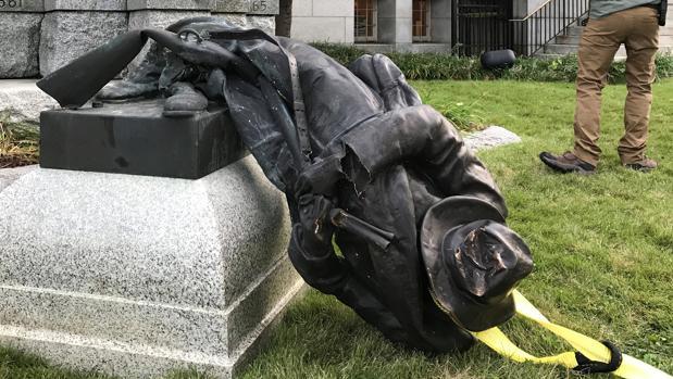 Derriban una estatua en honor a los soldados confederados de Durham