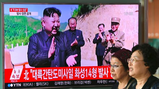 Kim Jong-un recibe un informe de su Ejército sobre sus planes para atacar la zona de Guam