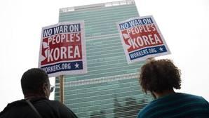 Activistas protestan contra la acción militar americana en Corea del Norte frente a la sede de Naciones Unidas