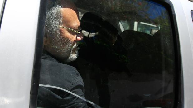 El exministro Carlos Pareja Yannuzzelli, saliendo de dependencias judiciales el pasado 14 de agosto