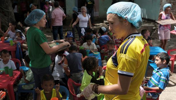 Voluntarios reparten comida a niños venezolanos en la ciudad colombiana de Cúcuta
