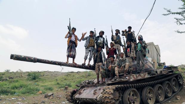 Un grupo de soldados progubernamentales en la ciudad yemení de Taiz