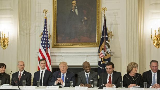 Trump disuelve el consejo empresarial tras la desbandada de los CEO por su guiño a supremacistas