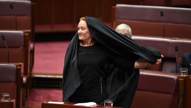 Una senadora ultraconservadora acude al Parlamento australiano con burka
