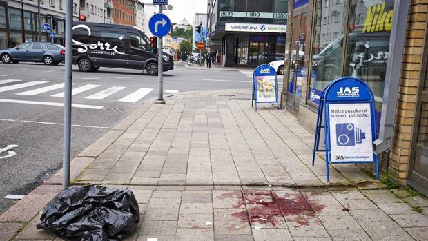 Vista de la sangre de una de las víctimas en una acera de la céntrica plaza finlandesa de Turku