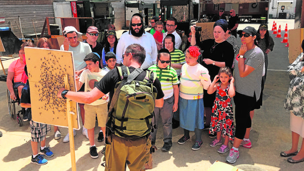 Turistas preparados para un ataque terrorista