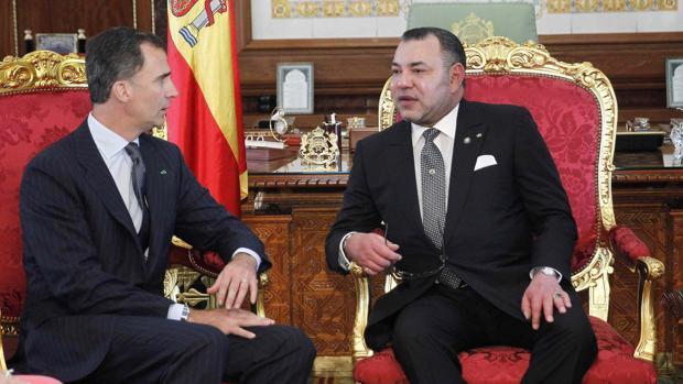 El Rey Felipe VI de España y el Rey marroquí Mohammed VI hablan durante un encuentro en el Palacio Real de Rabat