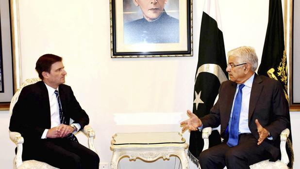 El ministro de Exteriores de Pakistán, Khawaja Asif (dcha), durante la reunión mantenida con el embajador estadounidense en Islamabad, David Hale, en Islamabad, Pakistán, el 22 de agosto del 2017