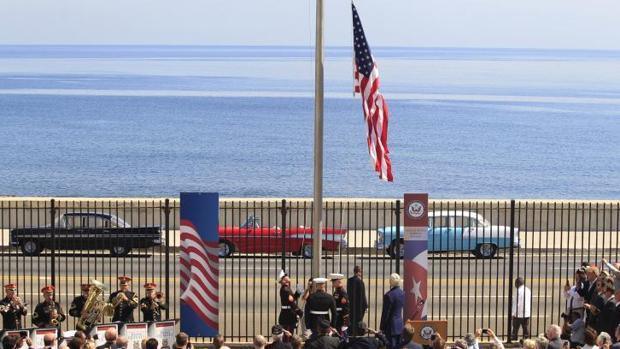 Izada de la bandera de EE.UU. en su embajada en La Habana, en agosto de 2015, tras el restablecimiento de las relaciones con Cuba