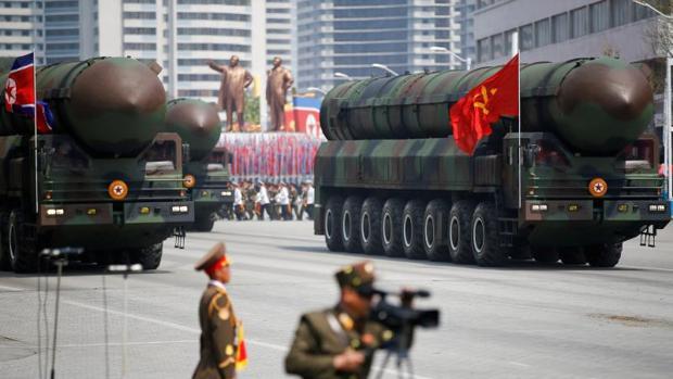 Kim Jong-un ordena producir más motores de cohetes y cabezas de misiles