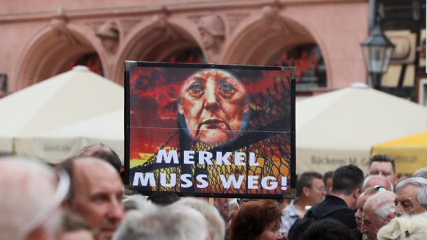 Ultras de AfD abuchean a Merkel en un mitin electoral