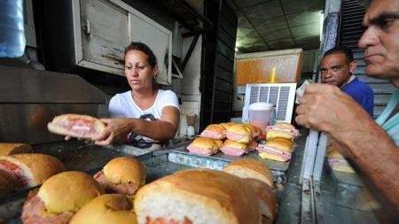 Varios cubanos desayunan en una cafetería privada de La Habana