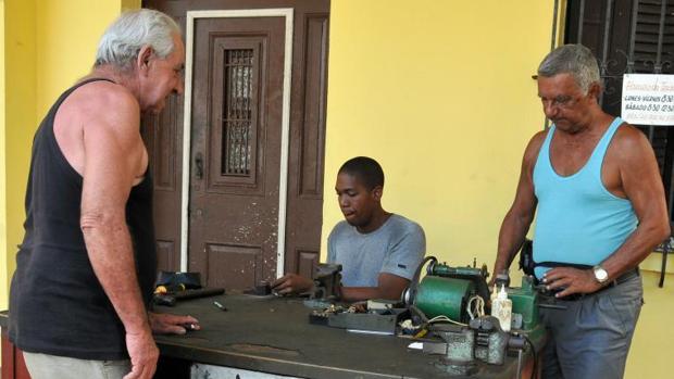 Dos cerrajeros cubanos trabajan en su pequeño negocio en La Habana