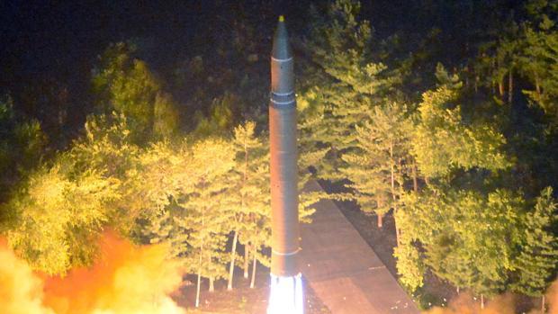 Corea del Norte eleva sus amenazas con un misil que sobrevuela Japón