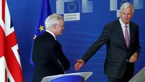 El secretario de Estado británico para la salida de la Unión Europea, David Davis, y el jefe de negociaciones de la Unión Europea, Michel Barnier, llegan para las conversaciones del Brexit en Bruselas