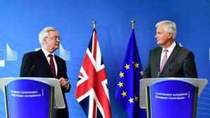 El ministro británico para el Brexit, David Davis, y el negociador de la UE, Michel Barnier