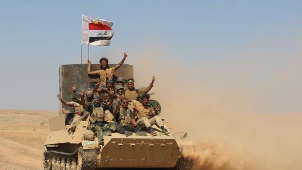 Un grupo de soldados iraquíes celebran la victoria sobre Daesh en Tal Afar (Irak)