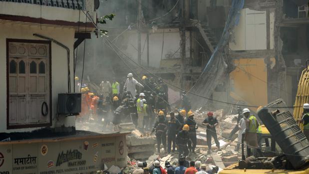 Al menos 10 muertos en el derrumbe de un edificio de seis plantas en Bombay