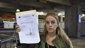 Lilian Tintori muestra el documento que le prohíbe salir de Venezuela