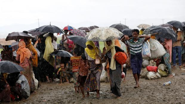 Un grupo de rohingyas durante su huida a Bangladesh