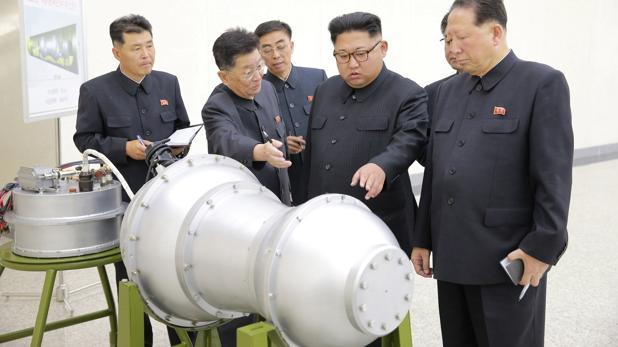 Kim Jong-un revisa la supuesta nueva bomba en el Instituto de Armas Nucleares