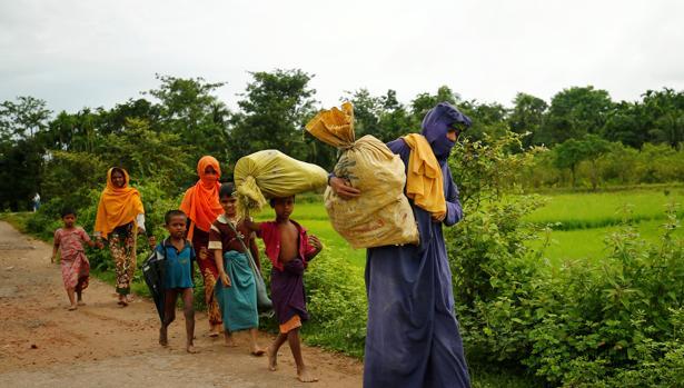 Una familia rohingya huye de Birmania rumbo a Bangladesh