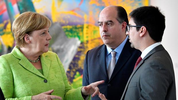 Angela Merkel conversa con Julio Borges y Freddy Guevara hoy en Berlin