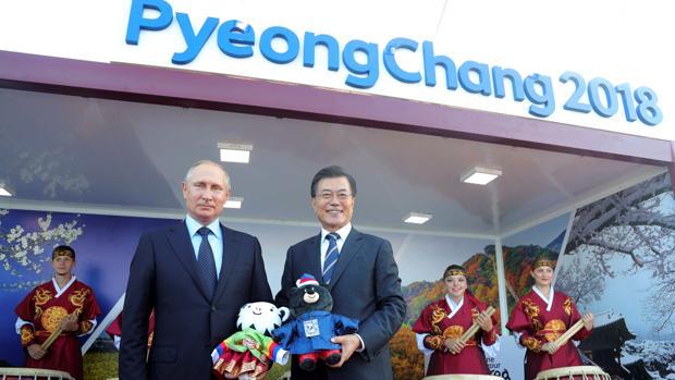 el presidente ruso, Vladimir Putin, hoy con su homólgo surcoreano, Moon Jae-in