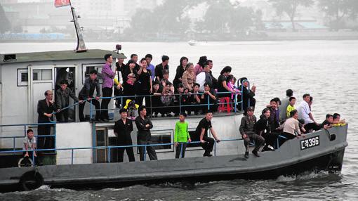 Ciudadanos de Corea del Norte celebran la fundación de su país con travesías por el río Yalu