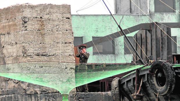 Un soldado norcoreano apunta a quien se acerca demasiado a la frontera desde el lado chino