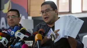 El presidente de la comisión de primarias de la Mesa de la Unidad Democrática (MUD), Francisco Castro (d), durante una rueda de prensa sobre la consulta que la oposición celebra este domingo en 19 estados