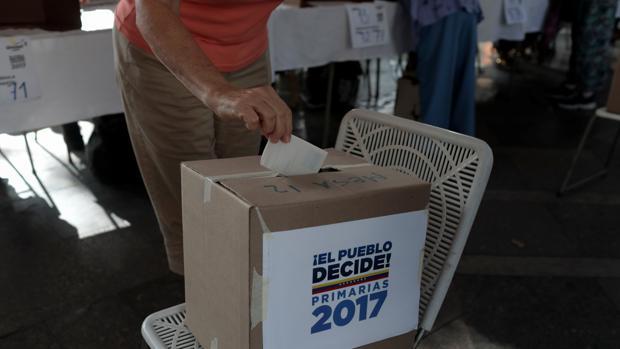 Mesa de votación durante la jornada de primarias